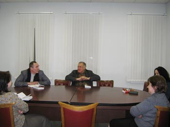 """Председатель Союза писателей Санкт-Петербурга обсуждает мою книгу """"ДОЛГ"""" на семинаре 17 марта 2010 года."""